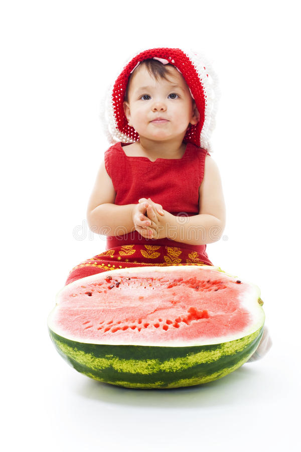 Schätzchen sitzen mit Wassermelone lizenzfreie stockbilder