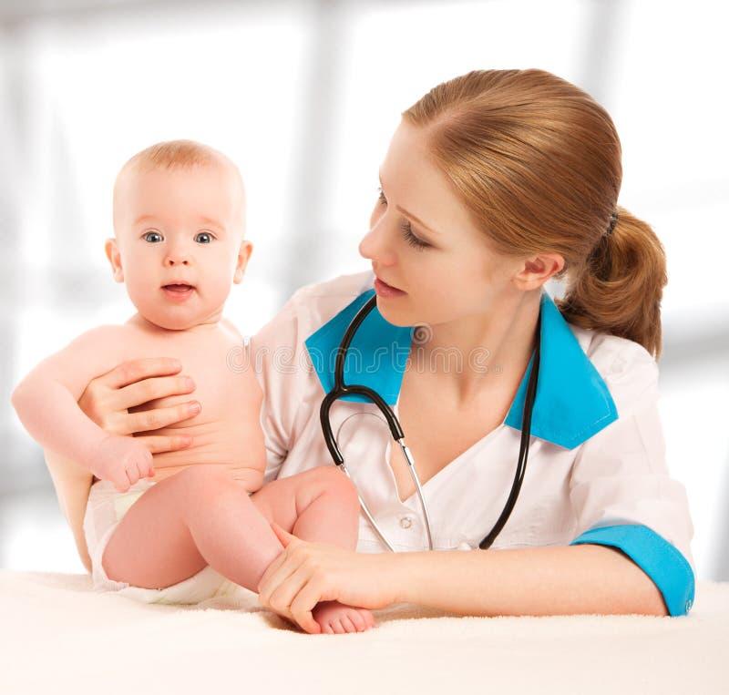 Schätzchen und Doktorkinderarzt. Doktor hört zum Inneren mit s lizenzfreie stockfotos
