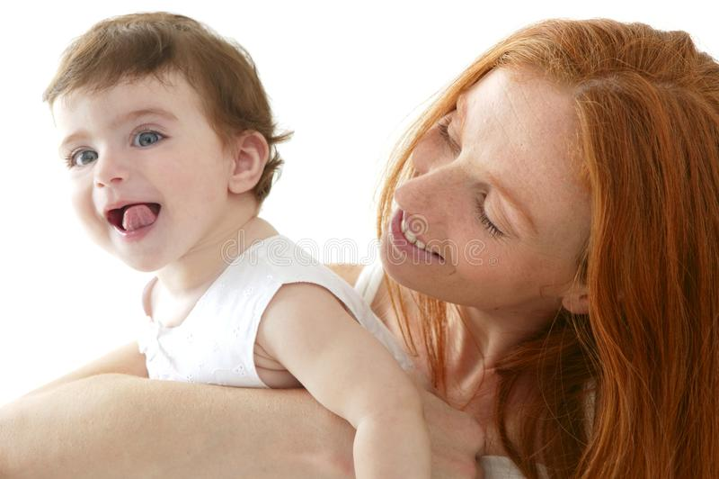 Schätzchen und Mamma in der Liebe umarmen Weiß