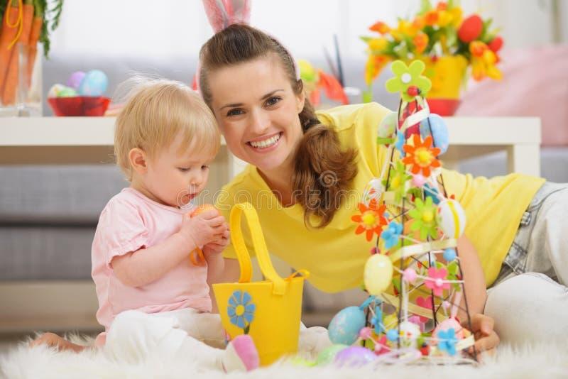 Schätzchen und Mutter, die zusammen Zeit auf Ostern verbringen lizenzfreie stockfotos