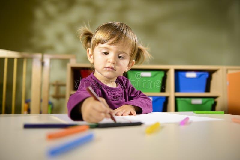 Schätzchen und Spaß, Kindzeichnung an der Schule stockbild