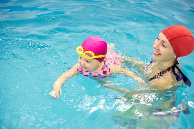 Schätzchenschwimmen lizenzfreie stockbilder