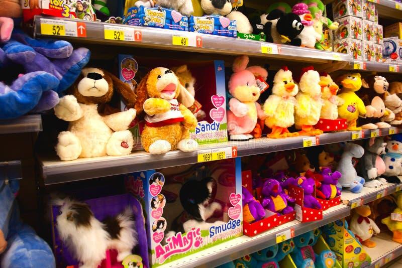 Schätzchenspielwaren im Supermarkt stockfotografie