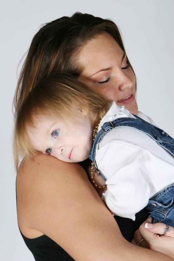 Schätzchentochter, die Mutter umarmen und glückliches stockbild