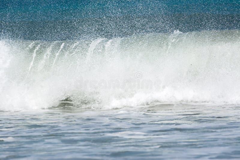 Schäumende Welle, die bricht lizenzfreie stockfotografie