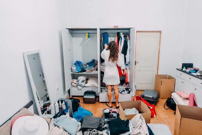 Schön aussehende Dame innerhalb des modernen Wohnungsraumes sich vorbereiten auszulösen stockbilder