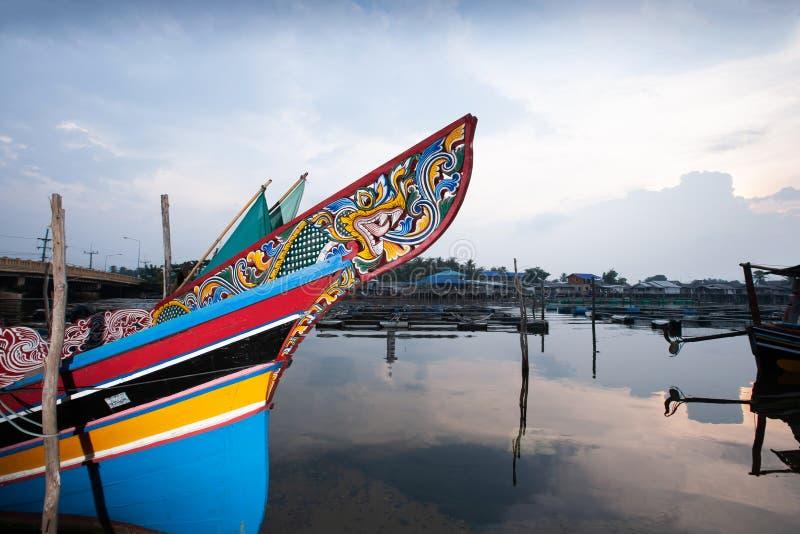 Schön ein Kolae-Boot am lokalen Pier auf dem Knall Nara River an der Dämmerung stockbild