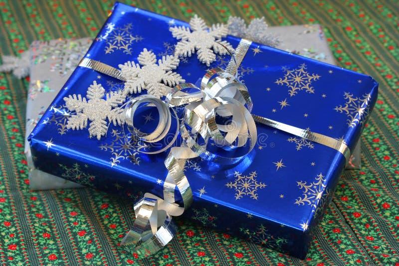 Schön eingewickelte Weihnachtsgeschenke. stockbild