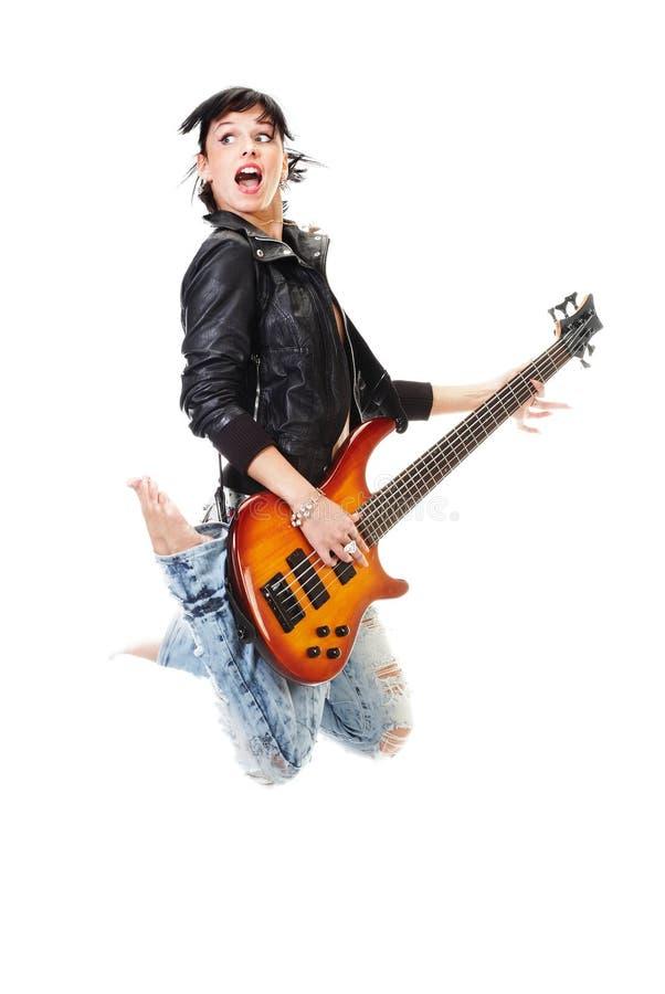 Schön Felsen-N-rollen Sie das Mädchen, das mit Gitarre springt stockbild