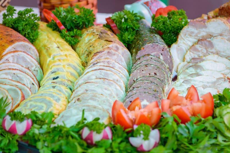 Schön gedient mit geschnittenem Feinkostgeschäftfleisch lizenzfreie stockfotos
