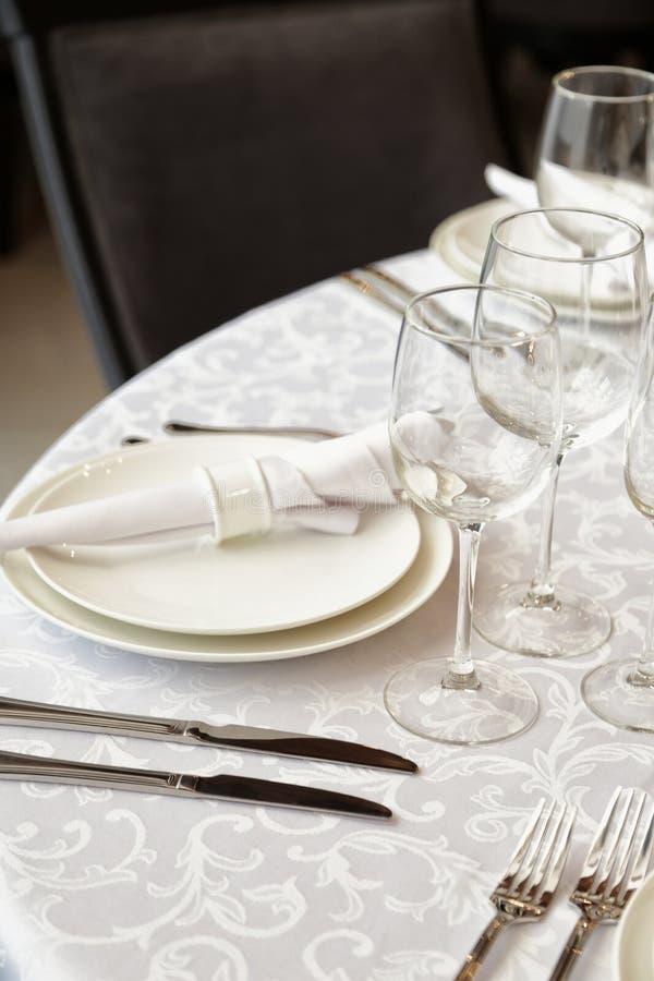 Schön gediente Tabelle in einem Restaurant stockfotos