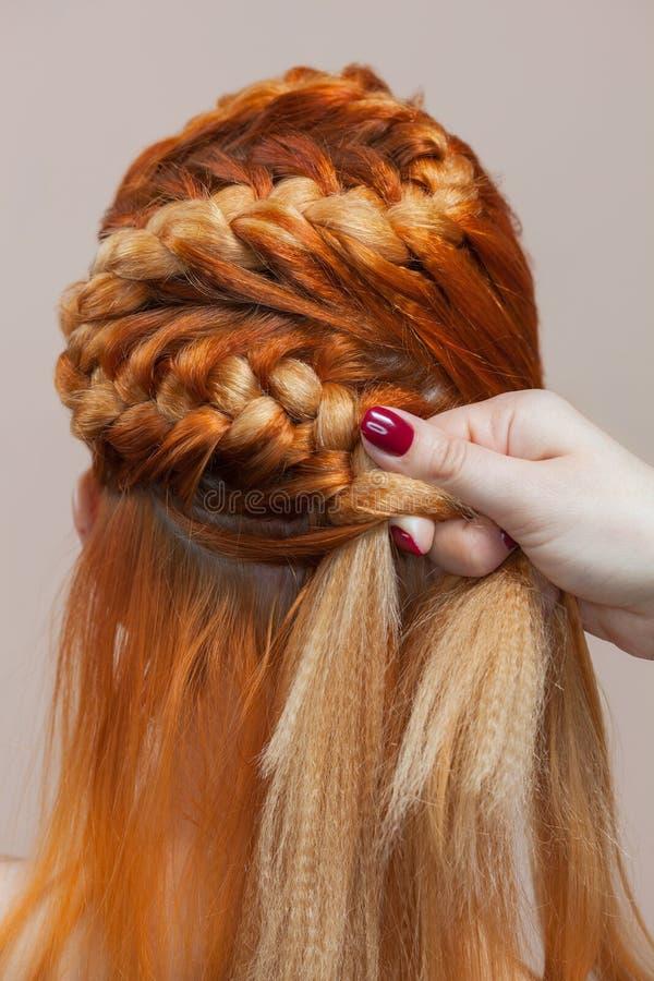Schön, mit lang, spinnt rothaariges haariges Mädchen, Friseur eine Borte, Nahaufnahme in einem Schönheitssalon stockbild