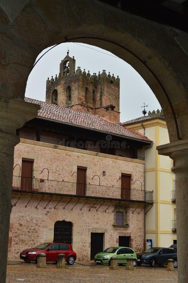 Schön nehmen Sie durch einen Kampagnen-Bogen von der Kathedrale von Santa Maria In Siguenza Architektur, Reise, Renaissance stockfoto