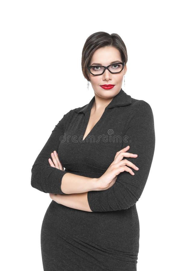 Schön plus Größenfrau in der schwarzen Kleider- und Glasaufstellung lizenzfreie stockfotografie