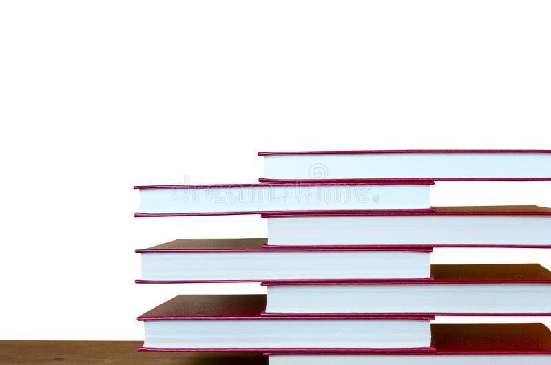 Schön Staplungsbücher im Regal lizenzfreie stockbilder