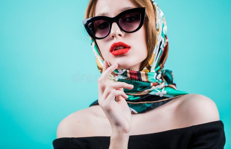 Schön und arbeiten Sie Mädchen in der Sonnenbrille, Abschluss herauf Porträt, Atelieraufnahme um stockbilder