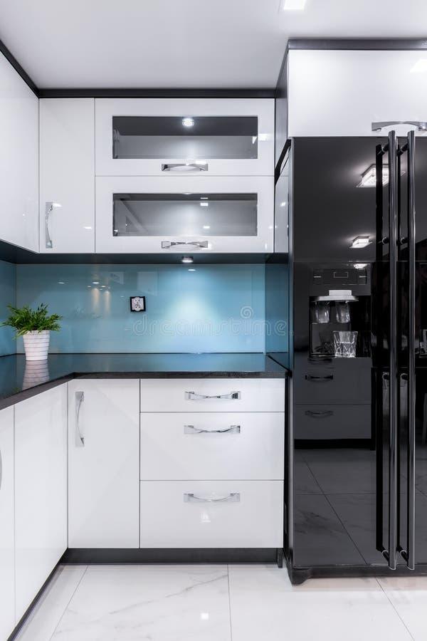 Schön und elegante entworfene Küche stockfotos