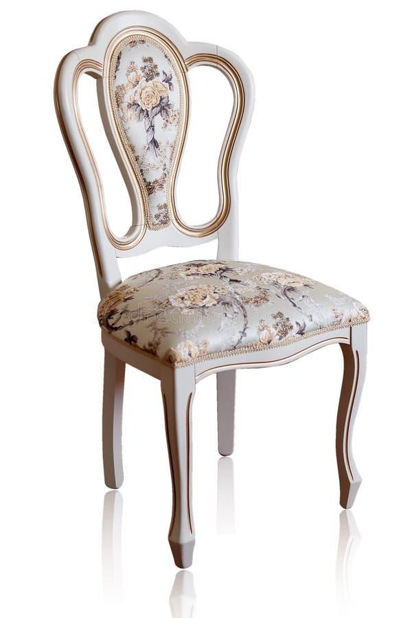 Schön und modern, Weinlese-Holzstuhl Auf einem weißen Hintergrund Gegenstandmöbel in der klassischen Art weißer Baum mit Gold tr stockbild
