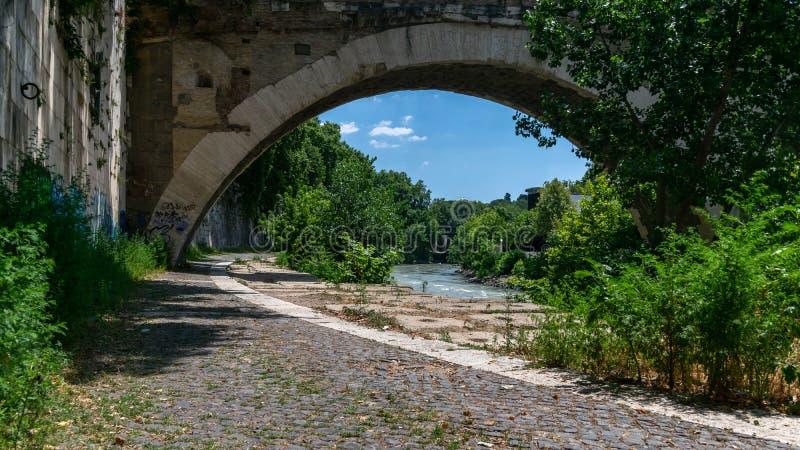 Schön unter der Brückenlandschaft in Rom stockfotografie