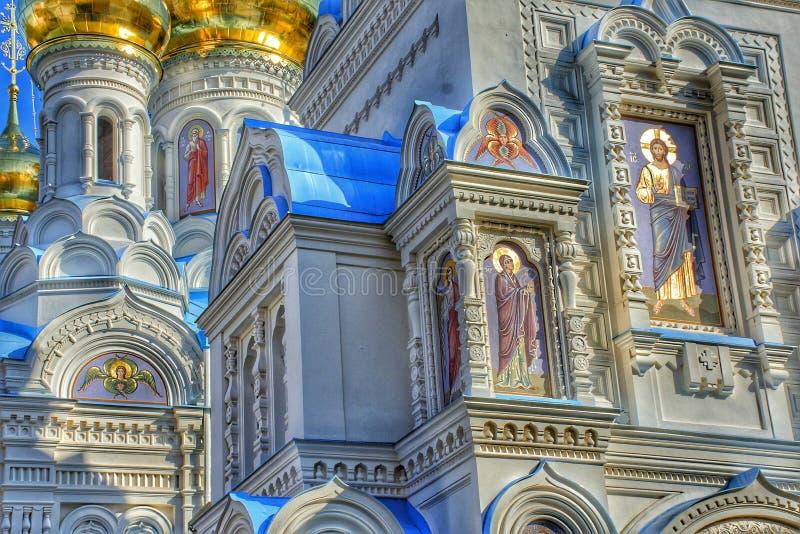 Schön verzierte Fassade der Russisch-Orthodoxen Kirche in Karlovy Vary lizenzfreie stockfotografie