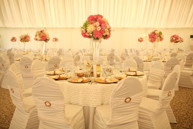 Schön verzierte Hochzeitstafel lizenzfreie stockfotografie