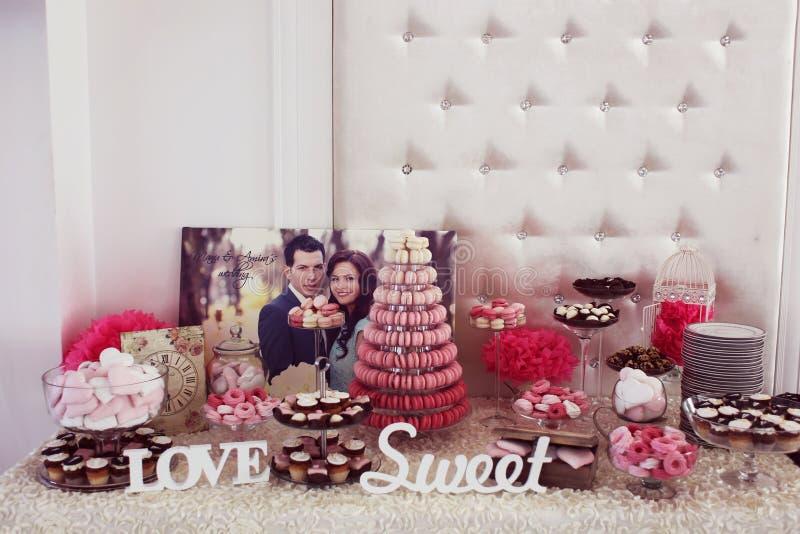 Schön verzierte Hochzeitstafel mit Bonbons stockfotografie