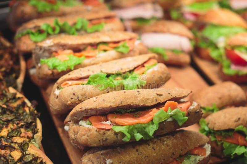 Schön verzierter versorgender Bankettisch mit verschiedenen Lebensmittelsnäcken und -aperitifs mit Sandwich lizenzfreies stockfoto