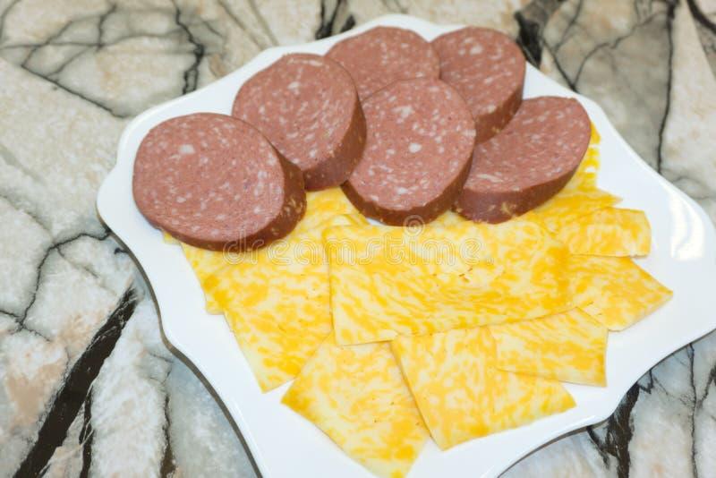 Schön verzierter versorgender Bankettisch mit verschiedenen Lebensmittelsnäcken und -aperitifs mit Sandwich, auf Unternehmensweih lizenzfreies stockfoto