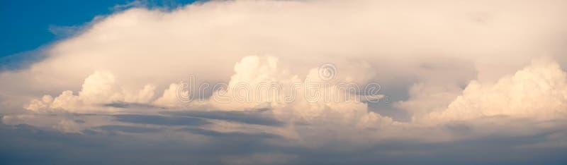 Schön von der abstrakten CUMULONIMBUS-Wolke im Morgenhintergrund für Prognose und Meteorologiekonzept lizenzfreies stockfoto