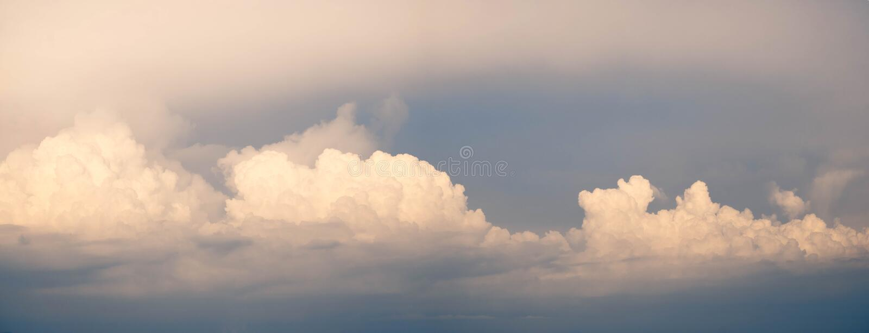 Schön von der abstrakten CUMULONIMBUS-Wolke im Morgenhintergrund für Prognose und Meteorologiekonzept stockfotografie