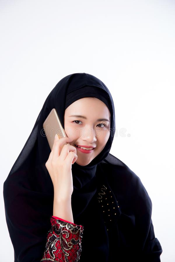 Schön von der moslemischen asiatischen Frau des Porträts, die am Handy lokalisiert spricht lizenzfreie stockfotografie
