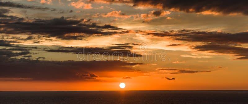 Schön warmer Sonnenuntergang und cloudscape stockbilder