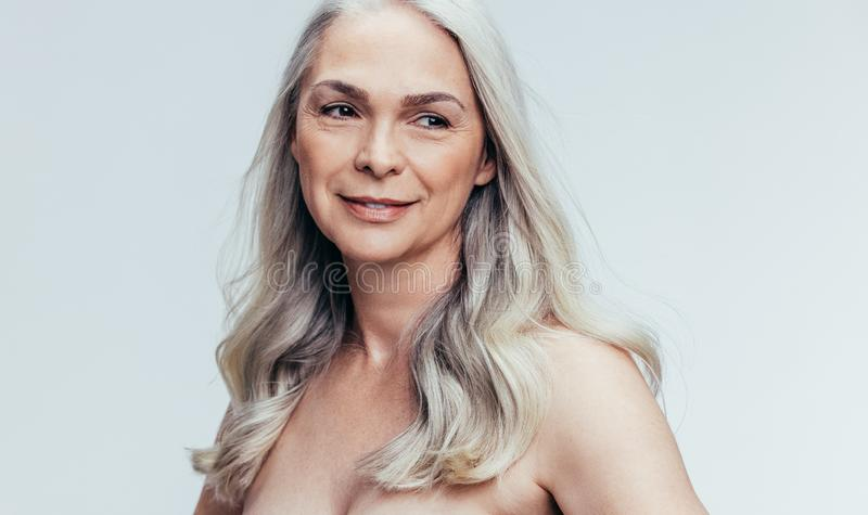 Schöne ältere erwägende Frau lizenzfreies stockbild