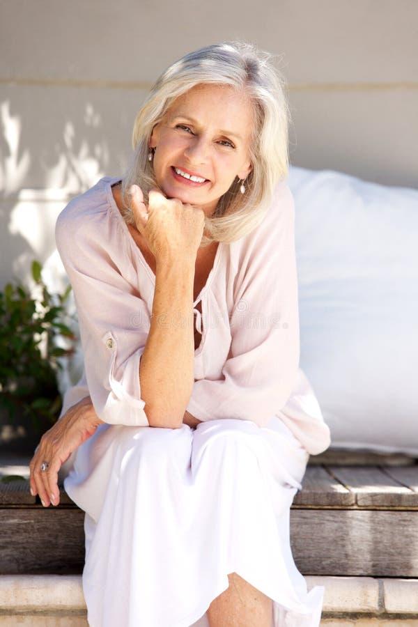 Schöne ältere Frau, die draußen lächelt lizenzfreie stockbilder