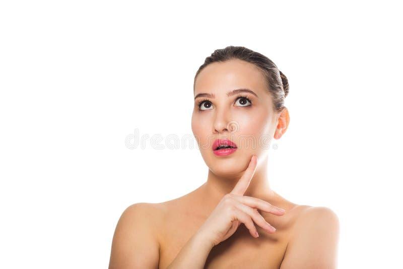 Schöne überraschte bloße Schultern der Frau, schauend, um mit Seiten zu versehen Ausdrucksvolle Gesichtsausdrücke Cosmetology, Ba stockfotografie