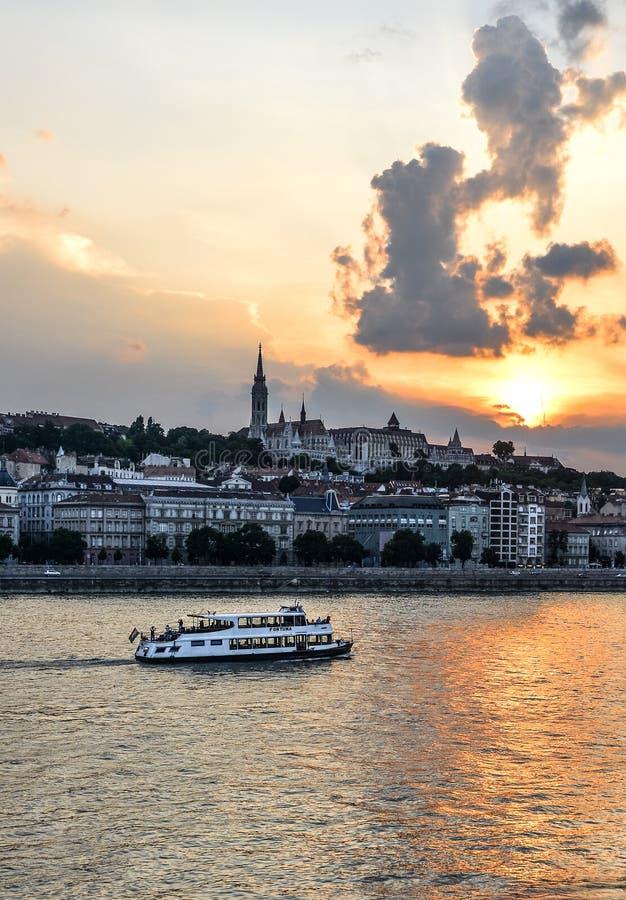Schöne Abendansicht über Donau-, Budapest-Stadtzentrum und touristisches Boot Budapest, Ungarn stockfotografie