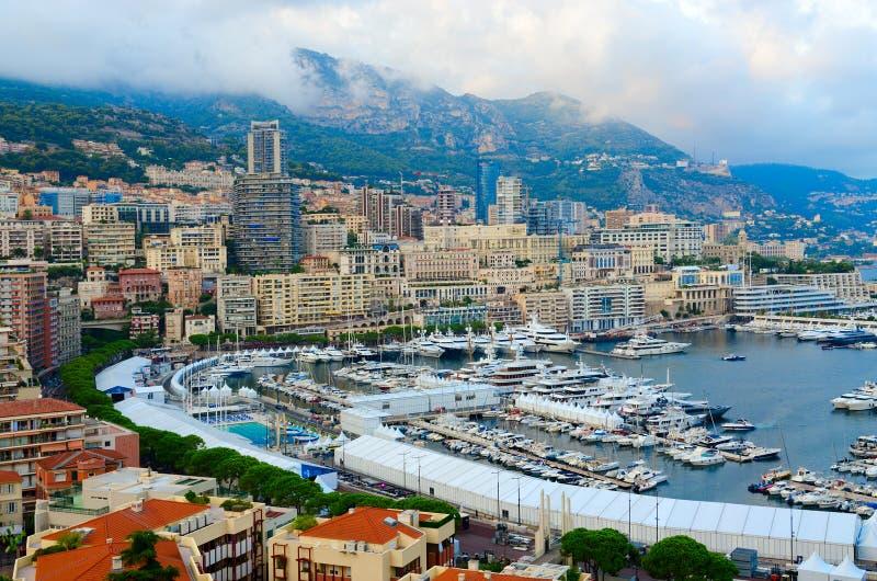 Schöne Abendansicht des Hafengebiets La Condamine und Monte Carlo, Fürstentum Monaco stockfotografie