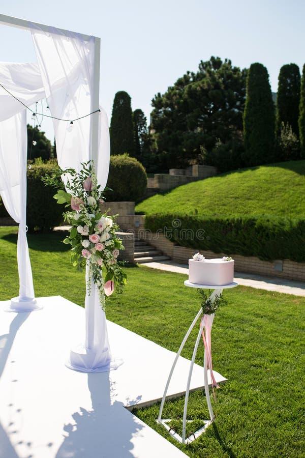 Schöne abgehende Heiratseinrichtung Jüdisches Hupa auf romantischer Heiratszeremonie, Hochzeit im Freien auf dem Rasen Einladungs lizenzfreies stockfoto