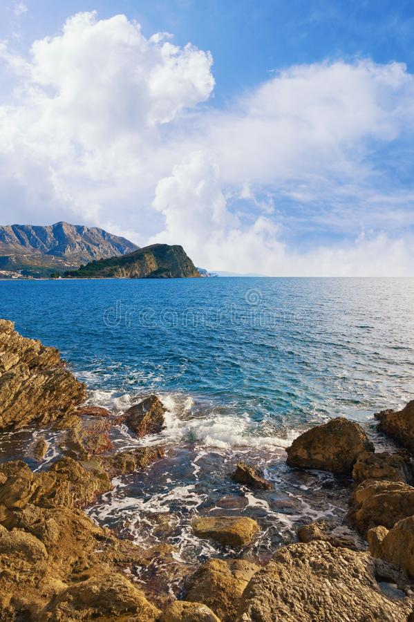 Schöne adriatisches Seelandschaft Montenegro, Ansicht der Steinküste und der Insel Sveti Nikola nahe Budva-Stadt lizenzfreies stockfoto