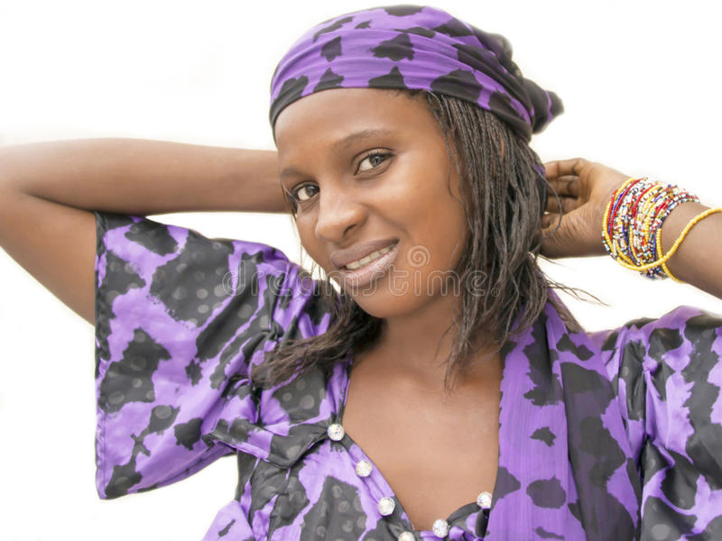 Schöne Afrikanerin, die ein Trachtenkleid, Senegal trägt stockbild