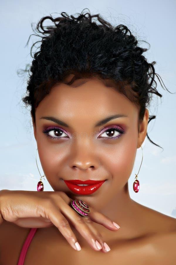 Schöne afrikanische Frau mit den roten Lippen lizenzfreies stockbild