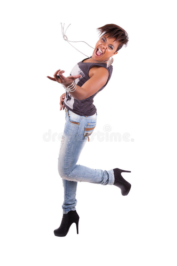 Schöne afrikanische Frau, welche die Luftgitarre spielt lizenzfreie stockfotos