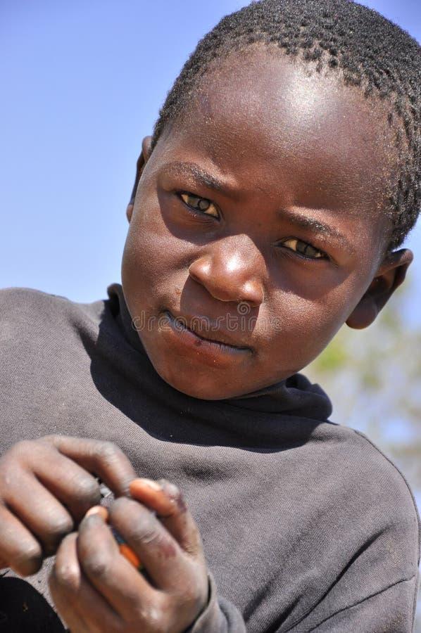 Schöne afrikanische Jungenholdingsüßigkeiten stockfotografie