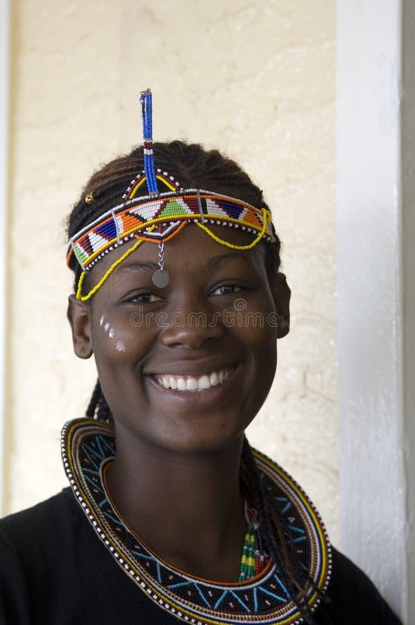 Schöne afrikanische Stammes- Frau lizenzfreies stockbild