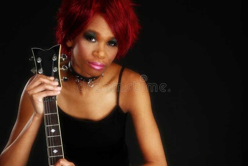 Schöne Afroamerikaner-Frau mit Gitarre stockfotos