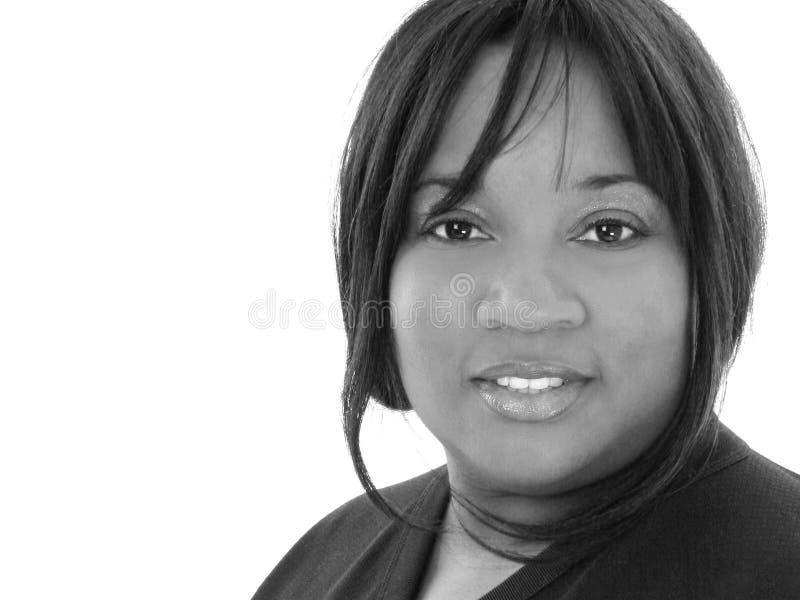 Schöne Afroamerikaner-Frau in Schwarzweiss lizenzfreie stockfotografie