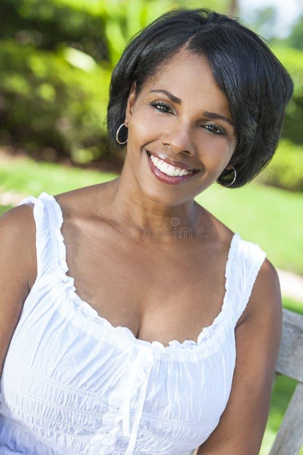 Schöne Afroamerikaner-Frauen-entspannende Außenseite lizenzfreie stockfotografie