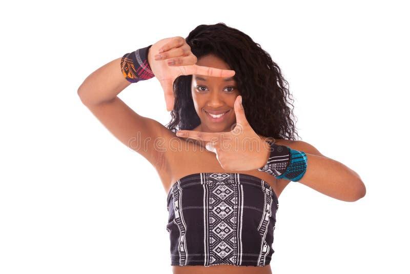 Schöne Afroamerikanerfrau mit den gelockten Haaren, die Rahmen g machen stockbild