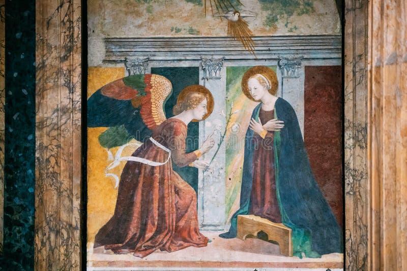 Schöne alte Fenster in Rom (Italien) Fresko auf Wand des Pantheons stockbilder