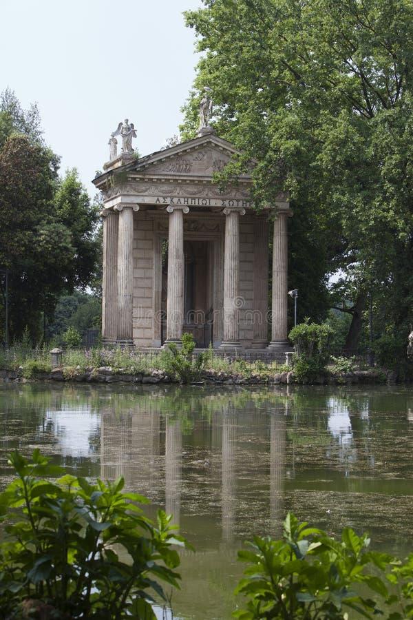 Schöne alte Fenster in Rom (Italien) Tempel von Esculapio in Landhaus Borghese-Garten stockbild